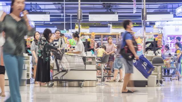 Kunden, die Zahlung für Waren in der check-in-Schalter