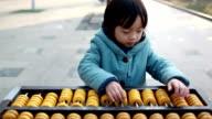 Niedlich asiatische Kind rechnerische Fähigkeit