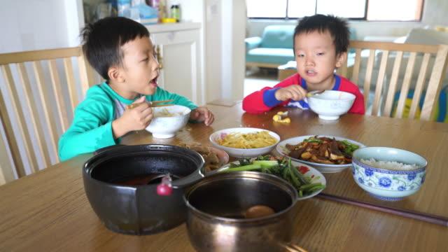 Schattig kind genieten van lunch