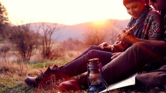 Schattig paar hebben plezier samen op een wandeling-picknick