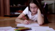 Ragazza carina fare i compiti
