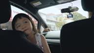 Niedliche kleine Mädchen im Auto