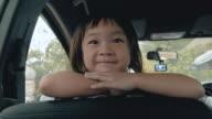 Söt liten flicka i bil