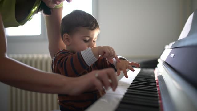 Schattige kleine pianist