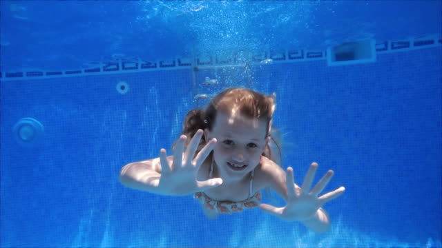 Schattig zwemmen meisje in slowmotion