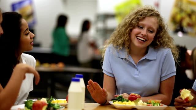 Süße Teenager-Mädchen sprechen mit Freunden in der cafeteria der Schule