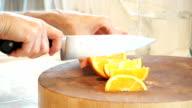 Schneiden eine Orange in Abschnitte