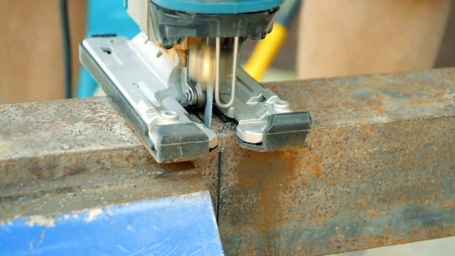 Skära metall produkter med hjälp av sticksåg