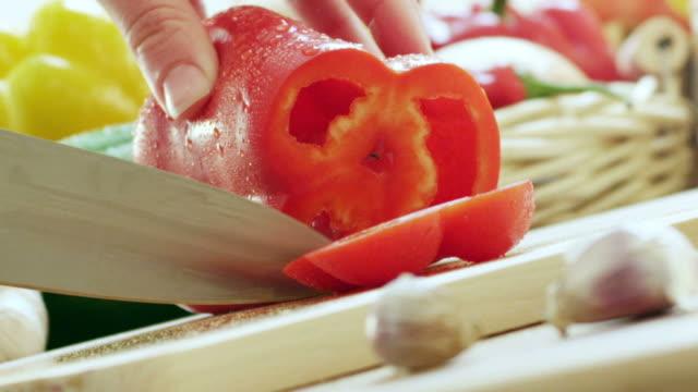 Schneiden Paprika in der Küche.