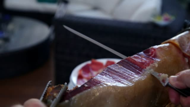 Cutting Serrano Ham - cortando jamón serrano