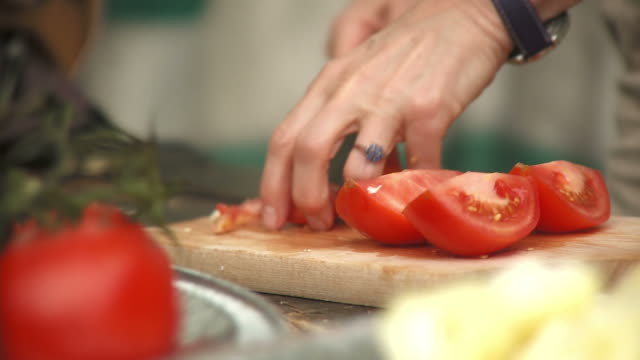 HD: Cutting Tomatoes
