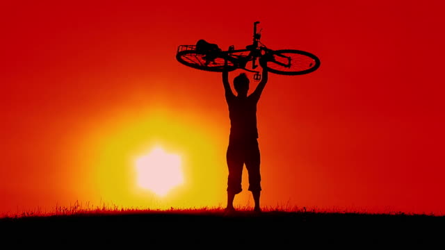 HD-SLOW-MOTION: Cycler bei Sonnenuntergang