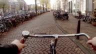 Bicicletta attraverso il centro storico di Amsterdam