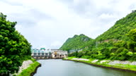 Dam en rivier met bewolkte hemel, Tha Thung Dam, Kanchanaburi, Thailand, time-lapse video