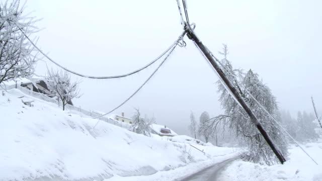Beschädigte Power Pole nach dem Sturm