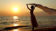 Ballerina con un velo al tramonto