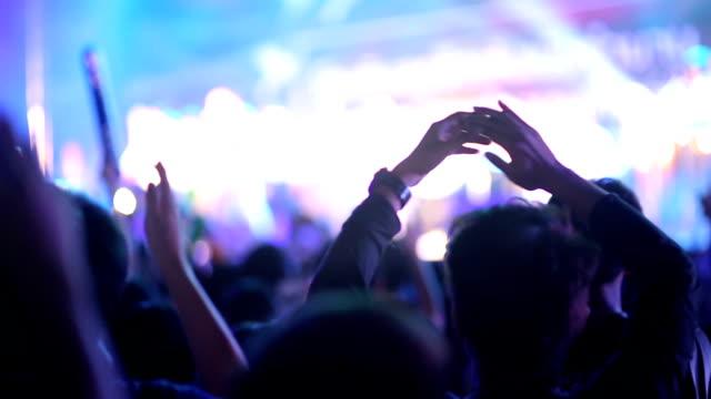 Menigte mensen met handen in disco dansen: HD-Video