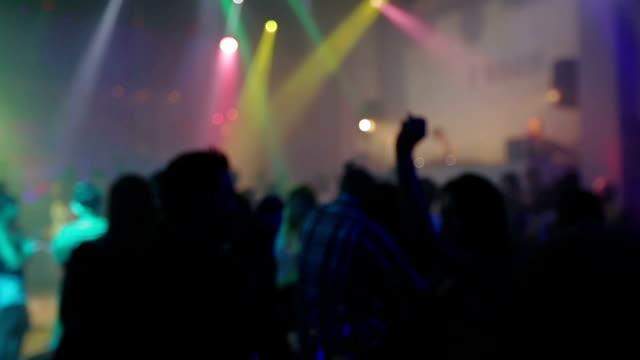 Menge, Menschen Tanzen in der disco mit Händen