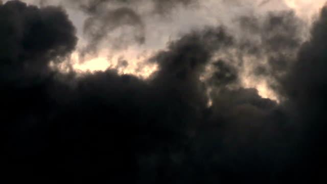 Mörk grå stormigt moln
