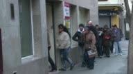 Datos del Instituto Nacional de Estadistica en Espana revelan que en 2014 se crearon 433900 empleos mas que el ano anterior pero la gran mayoria de...