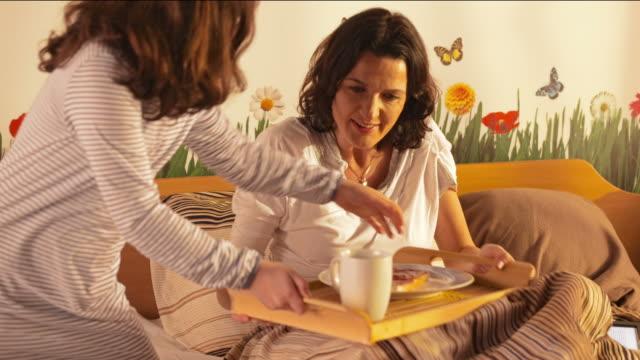 HD: Madre figlia sorpresa con prima colazione