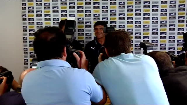 David Bentley signs for Tottenham ENGLAND London Tottenham White Hart Lane INT David Bentley and Juande Ramos enter press conference Bentley and...
