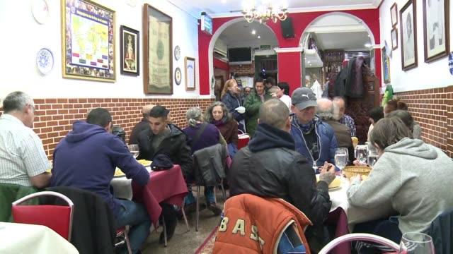 De la mano de un cura catolico que piensa que la iglesia debe abrir sus puertas a todo el mundo un restaurante madrileño brinda dos servicios...