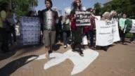Decenas de mexicanos residentes en Argentina se sumaron este jueves a la ronda semanal de las Madres de Plaza de Mayo para reclamar por los 43...