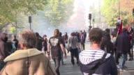 Decenas de miles de opositores a la reforma laboral propuesta por el presidente frances Emmanuel Macron volvieron a manifestarse el jueves para...
