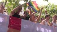 Decenas de miles de personas segun la policia celebraron el sabado durante el desfile del orgullo gay de Berlin la ley sobre el matrimonio entre...