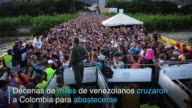 Decenas de miles de venezolanos cruzaron este domingo a Colombia en busca de alimentos articulos de higiene personal medicamentos y otros productos...