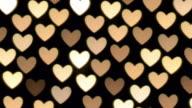 Sfocato luci candele a forma di cuore.