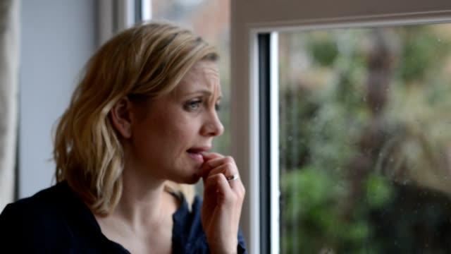 Defokussierten Aufnahme traurige Frau aus Fenster