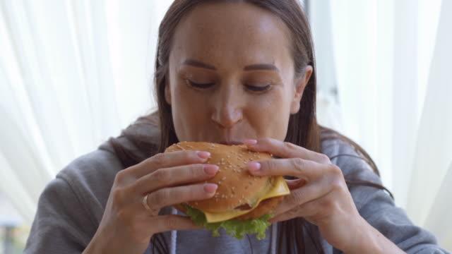 Delighthed Frau Weinprobe zu Hause einen großen hamburger