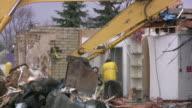 Ginge Gebäude von excavator im Gange. Baustelle.