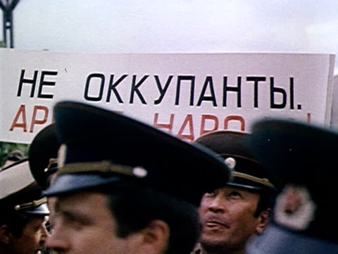 Demonstration of Soviet soldiers claiming 'we are not occupying forces we are people's army' AUDIO / Vilnius Lithuania