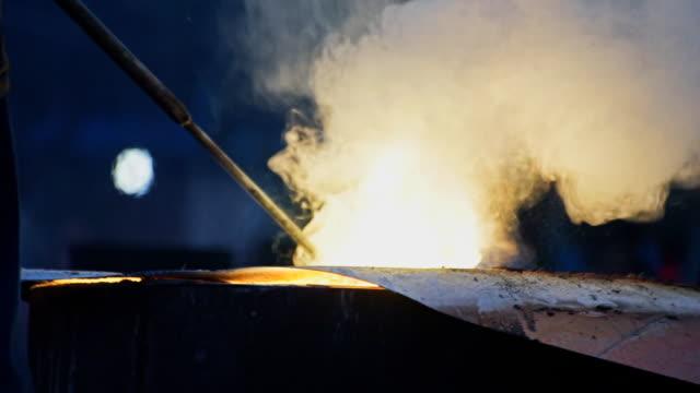 Dichter Rauch in Hochöfen. Verarbeitung von Stahl in Eisengießerei Pflanze.