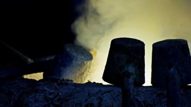 Dichte rook in de hoogovens. Verwerking van staal in de ijzergieterij plant.