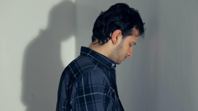 Depressieve man zijn hoofd tegen een muur leunend