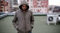 Ein deprimierter Mann zu Fuß auf dem Dach