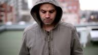 Ein deprimierter Mann zu Fuß im Freien