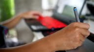 Ontwerper grafisch tablet met laptop.