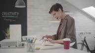 4K: Designer werken In haar kantoor.