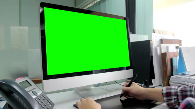 HD : Designer working with green screen