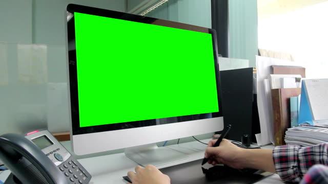 HD: Stilista lavorando con schermo verde