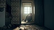 Despaired Frau in einem verlassenen Haus
