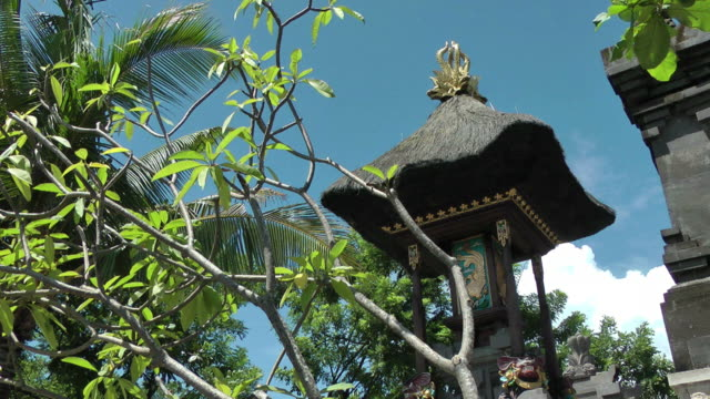 Dettaglio del Tempio indù tra una lussureggiante vegetazione Bali