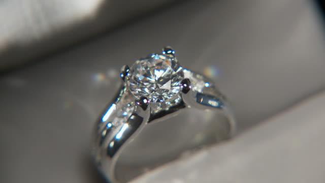 CU, FOCUSING, Diamond ring in box rotating