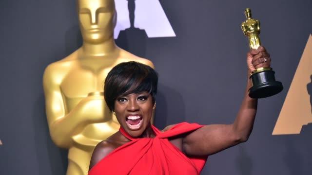 Dicen que la tercera es la vencida y para Viola Davis fue el domingo cuando obtuvo el Oscar a mejor actriz secundaria por su papel en la adaptación...
