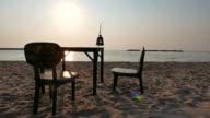 Tavolo da cena sulla spiaggia
